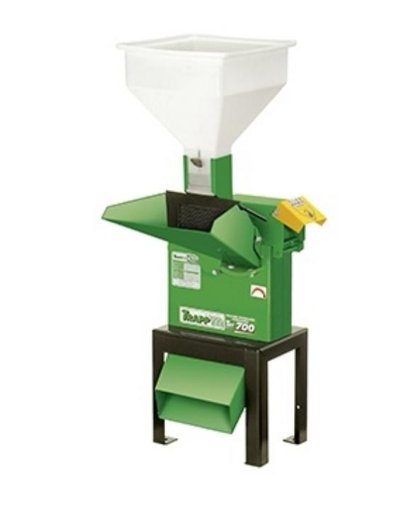 Triturador Forrageiro Trapp TRF-700 com acoplador para trator