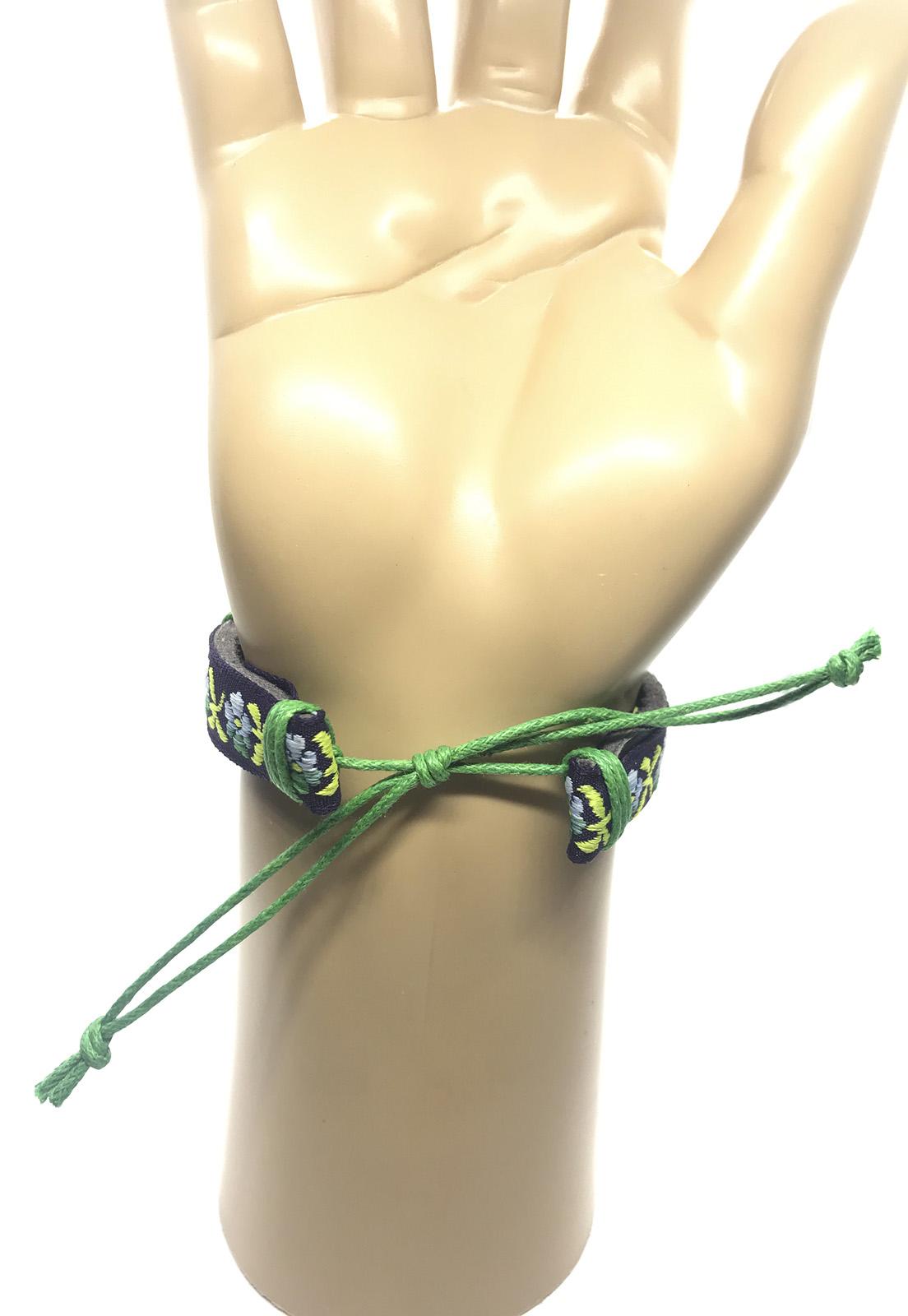 Pulseira Ajustável Couro e Cordas Estampa Flores Cor Verde
