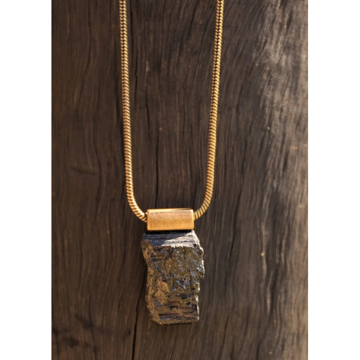 Colar estilo ouro velho com pingente de Turmalina Bruta