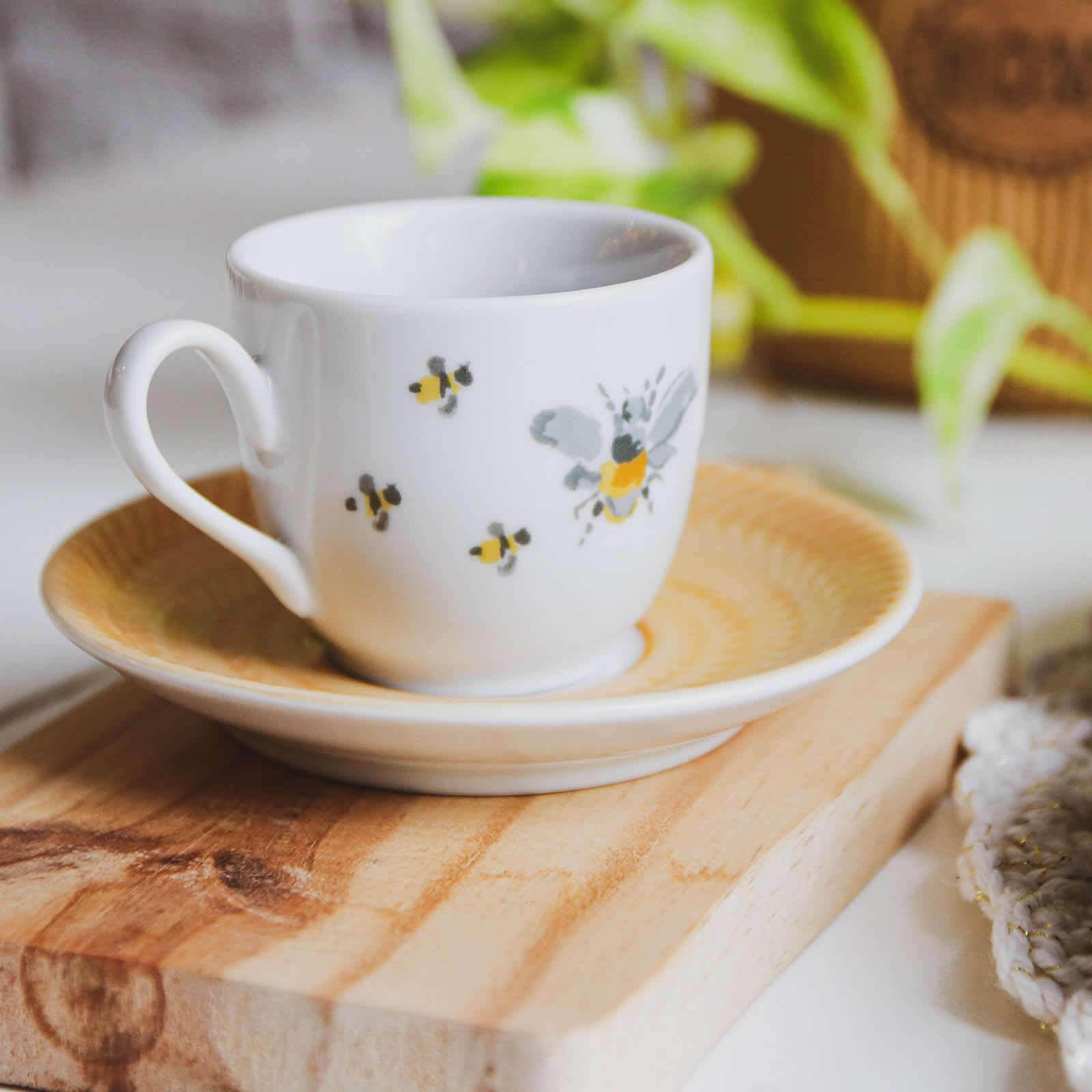 Xícara de Café e Pires Abelhas