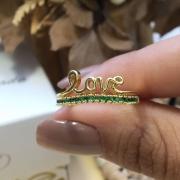 Love e zircônias esmeralda.