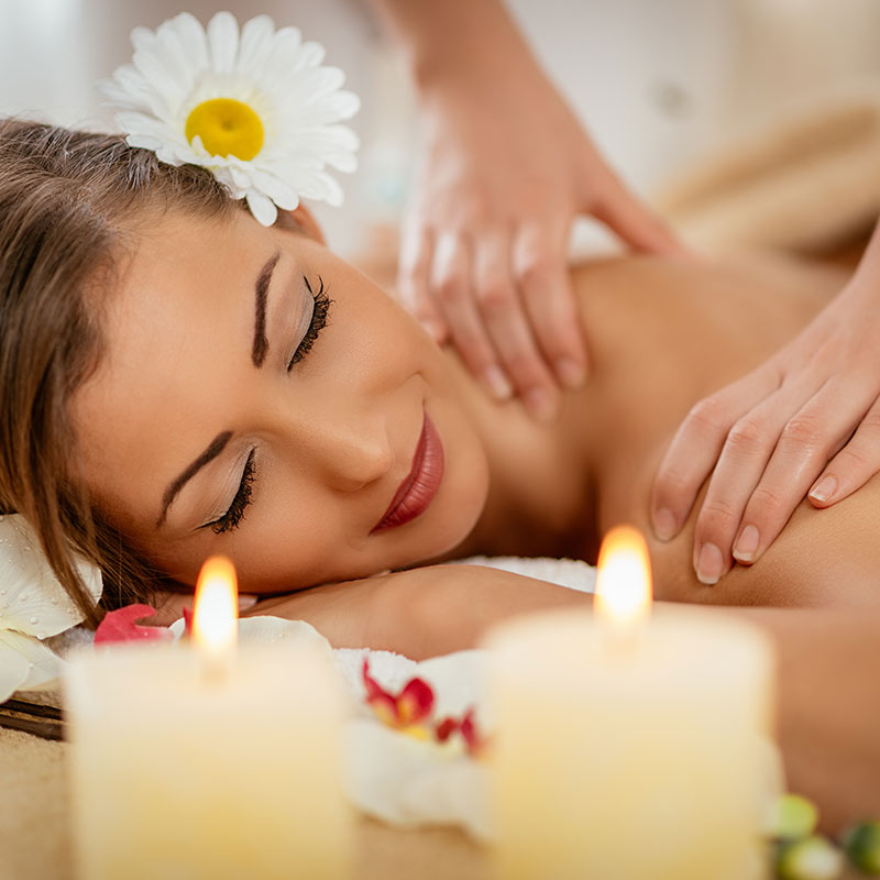 Massagem relaxante + pedras quentes + reflexologia podal